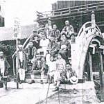 「亀戸天神」境内の太鼓橋(右先頭に腰掛けているのが二代目の小林行栄)