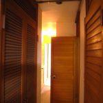 [旧]東側の部屋から廊下を眺める。狭く暗い