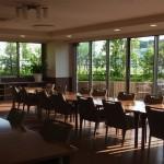 食堂から眺める連装窓には緑の木々と風のささやき