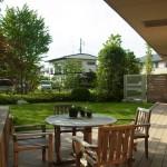 ウッドデッキでは木々の風と優しい日差しを浴びながらティータイムを