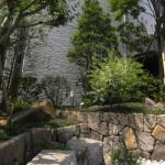 大きな邸宅にあったお庭の既存石をより開放されたコモンスペースとして緑豊かな空間に人々が安らぎを求め集まっていた。