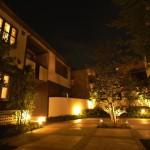中路地を抜けた開放的な中庭は夜にも明るさと心地良さを与えてくれる