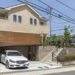 三協アルミ「グランフローア」により駐車場の上部分をウッドデッキとし庭を広く確保