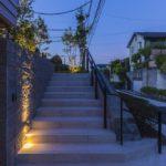 夕暮れのシックなエントランス階段